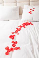 ベッドと花びら