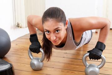 Frau macht Sportübungen mit Gewichten