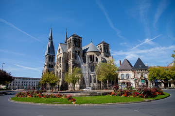 Chalons en Champagne cathedral with the fountain in front