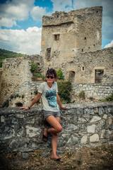 Femme devant l'ancien château fort du Peyruis