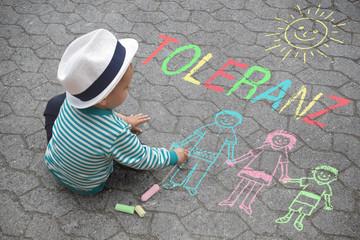 Kind malt mit Kreide - Toleranz