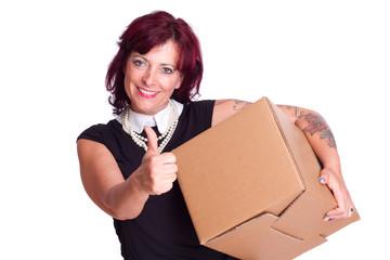 Frau trägt Kiste und hält Daumen nach oben