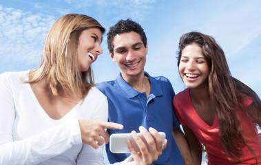 Gruppe junger Leute schaut Bilder an