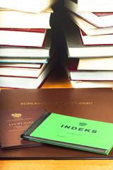 Na tle książek indeks, dyplom i suplement dyplomu.