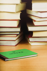Indeks studencki na tle książek.
