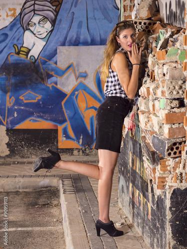 Mujer Modelo Profesional Rubia Coqueta Posando En La Calle De Noche
