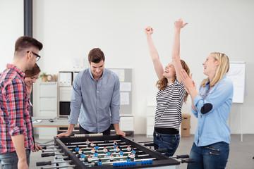 team gewinnt beim kicker im büro