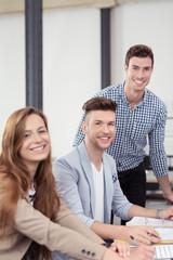 lachende mitarbeiter im büro