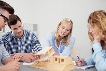 junge architekten besprechen einen entwurf