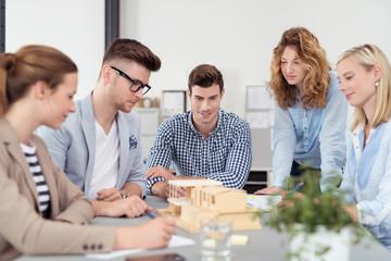 architekten-team bespricht einen entwurft