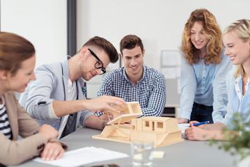 architektur-studenten schauen sich einen entwurf an