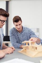 zwei architekten besprechen einen entwurf