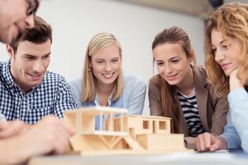 architektur-studenten besprechen einen entwurf