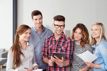 junges team im büro mit tablet-pc