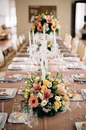 Centrotavola floreale su tavola da pranzo immagini e for Tavola da pranzo