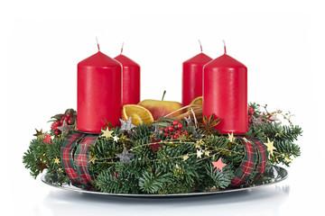 Adventskranz mit roten Kerzen als Freisteller