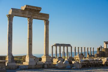 tarihi tapınak sütunları