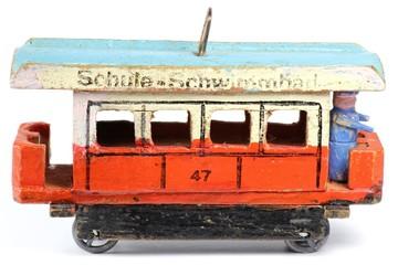 alte Straßenbahn aus dem Erzgebirge isoliert auf weißem Hintergrund