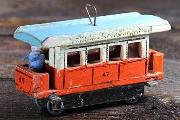 alte Straßenbahn aus dem Erzgebirge auf Holzhintergrund