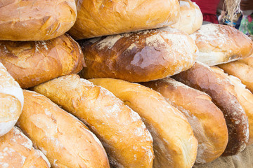 Deurstickers Bakkerij Freshly baked traditional loaves of rye bread on stall