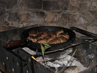 Котлеты в сковороде на мангале