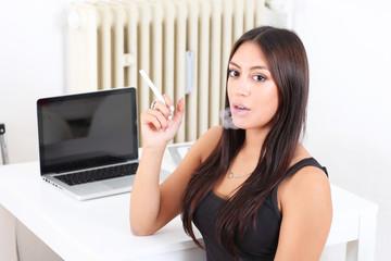 Frau raucht eine elektronishce Zigarette