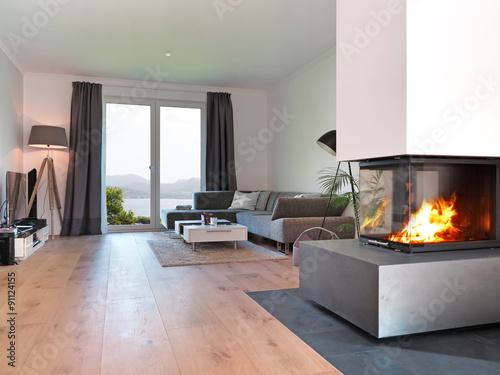 """wohnzimmer kamin kaufen:Wohnzimmer mit Kamin und Aussicht auf die Küste"""" Stockfotos und"""