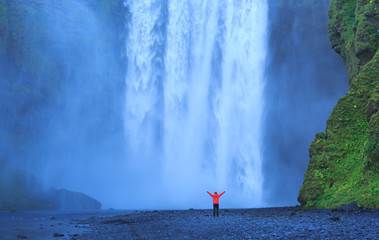 Fotomurales - Enjoying the famous Skogarfoss waterfall in southern Iceland.