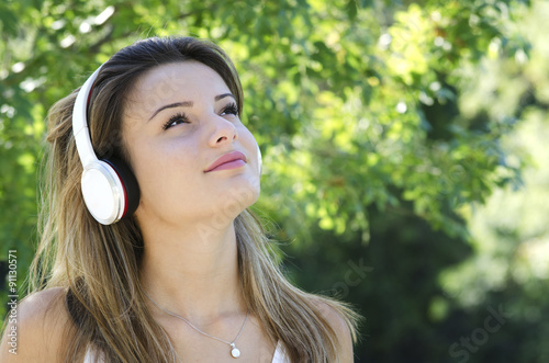 Belle Jeune Fille écoutant De La Musique Avec Un Casque Audio Stock