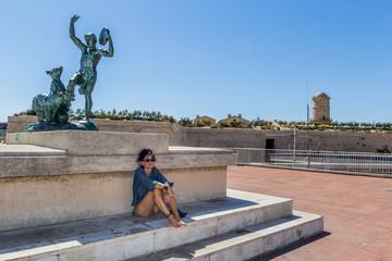 Femme devant une sculpture sur l'Esplanade de la Tourette à Marseille