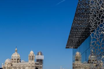 Reflets dans les vitres du musée du MUCEM à Marseille