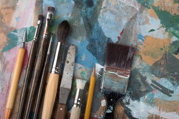 Malutensilien im Künstleratelier
