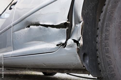 auto mit blechschaden unfall karosserie aufgeschlitzt schaden car body damage stock photo. Black Bedroom Furniture Sets. Home Design Ideas
