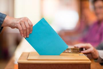 Symbolbild Stimmzettel in Wahlurne