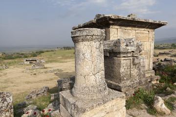 Иераполис, Турция. Саркофаги и руины склепов в античном некрополе.