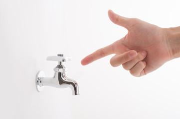 水道の蛇口と手