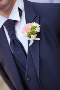 abito sposo con fiore all'occhiello