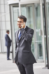Junger Geschäftsmann beim Telefonieren