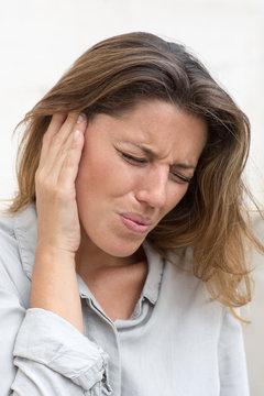 Frau mit Ohrenschmerzen