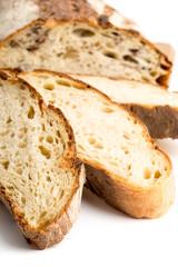 Fette di pane casereccio isolato