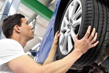 change a tyre // Reifenwechsel in einer Werkstatt durch Monteur