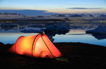 Fotomurales - Red tent during a sunset at the Jokulsarlon lake on Iceland.