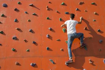 erkek dağcı ekipmansız tırmanıyor