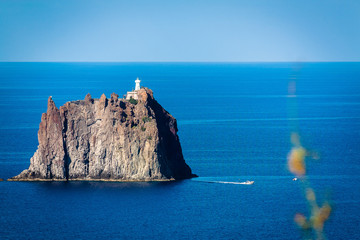Wunderschöner Blick von Stromboli auf Strombolicchio (Italien)