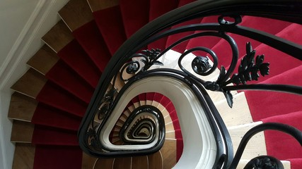 Cage d'escalier parisienne typiquement haussmanienne