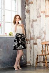 コーヒータイムで一息つく美しい40代日本人女性