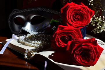 Maschera di carnevale, rose e perle