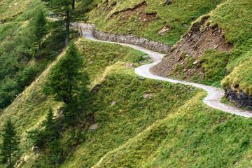 Sich schlängelnde Strasse in den Bergen