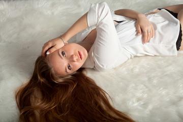 студийный портрет девушки в белой рубашке