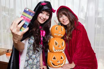ハロウィン衣装の女性